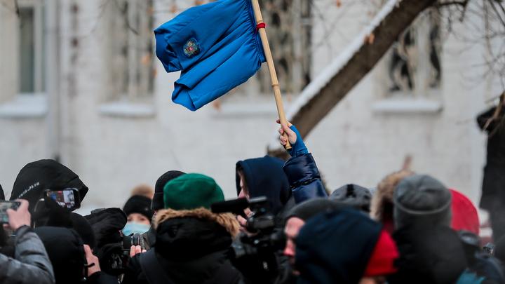 В Екатеринбурге протестующие вышли с трусами Навального: Гаспарян объяснил шоу коротко