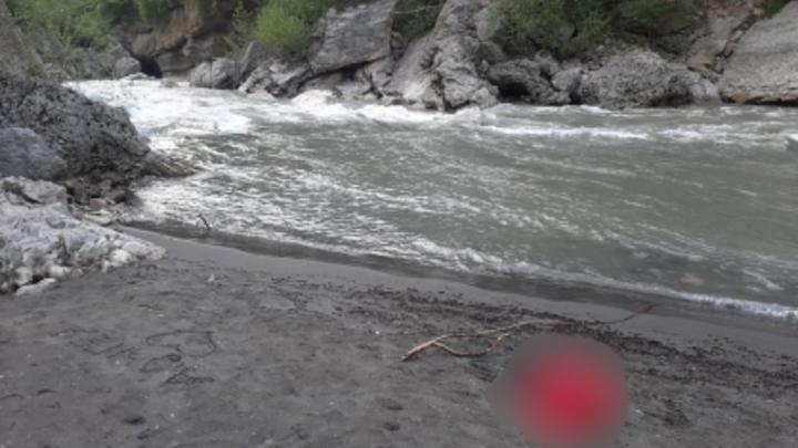 В Адыгее из-за темноты приостановили поиски туристов, которых унесло течением реки