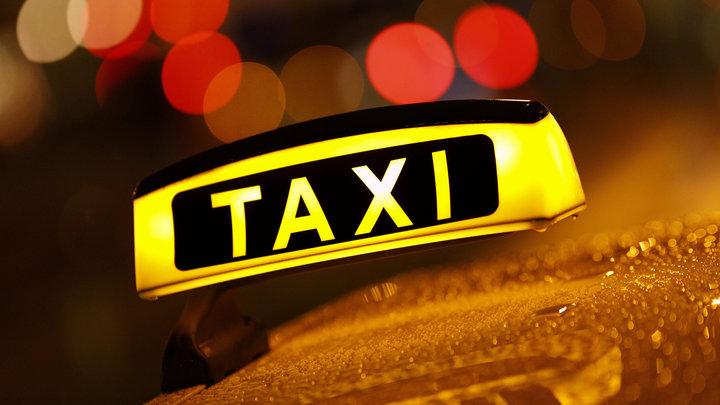 Таксист Uber протаранил ограждение коммунальной ямы и сбежал с места аварии