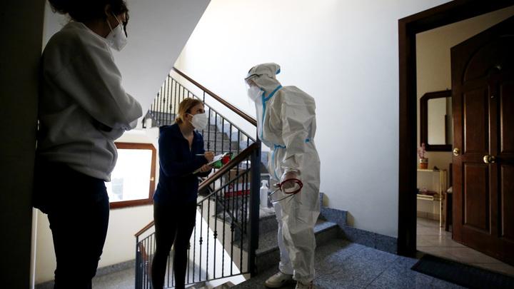 Лук в коридоре и секретный чай: Как не заразиться COVID, если в семье кто-то уже болеет