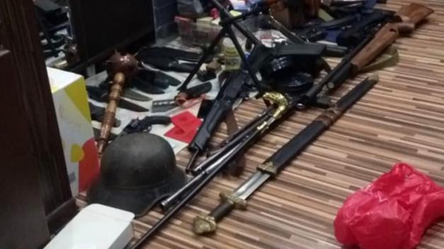 Нунчаки и палица: бандитов из Выборга с горой оружия, требуют отправить под арест