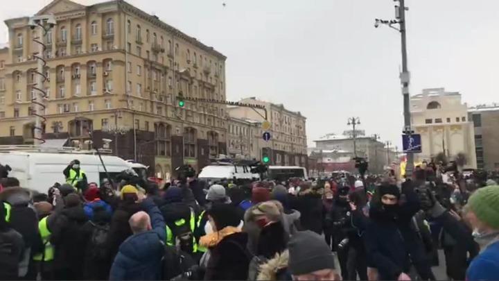 Не ведите себя как звери!: В Москве протестующие толпой избили противника Навального - источник