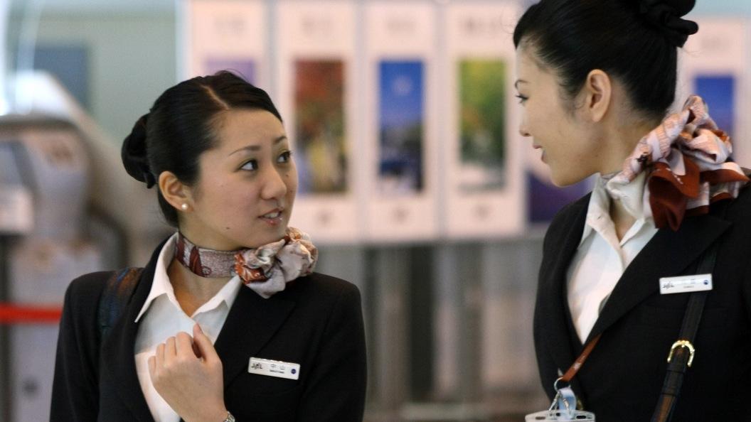 Самураи должны быть сильными: Японцы заставили инвалида ползти на борт самолета