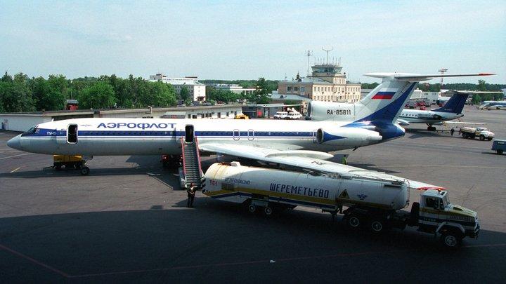 Десять самолетов отправили на запасные аэродромы из-за грозы в Москве