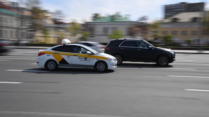 Пинала ногами и материла: Пьяная пассажирка избила слабослышащего таксиста в Новосибирске
