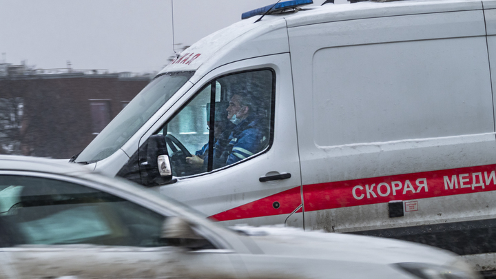 Осталась груда металлолома: Грузовик въехал в колонну военных автобусов