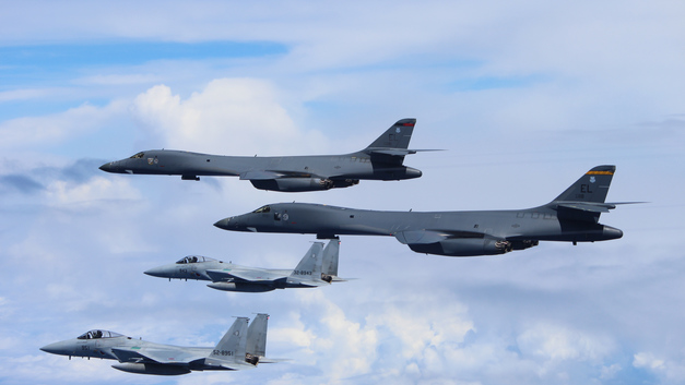 Дронов уже мало: Дальние бомбардировщики США устроили учения у западных границ России