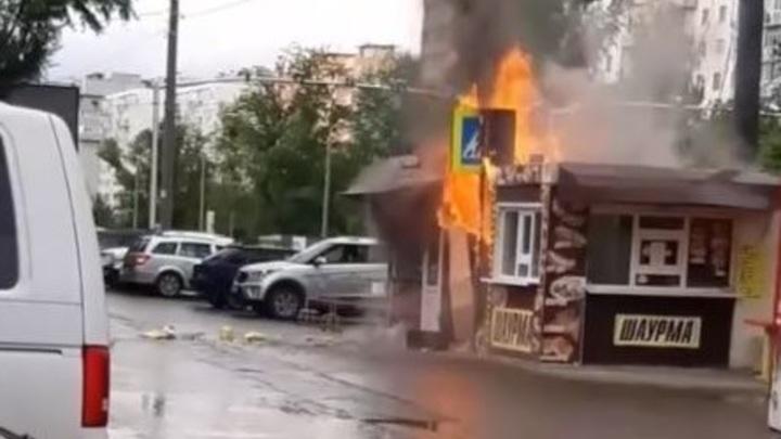 Огненная шаурма: В Ростове-на-Дону при пожаре в павильоне фастфуда погиб мужчина