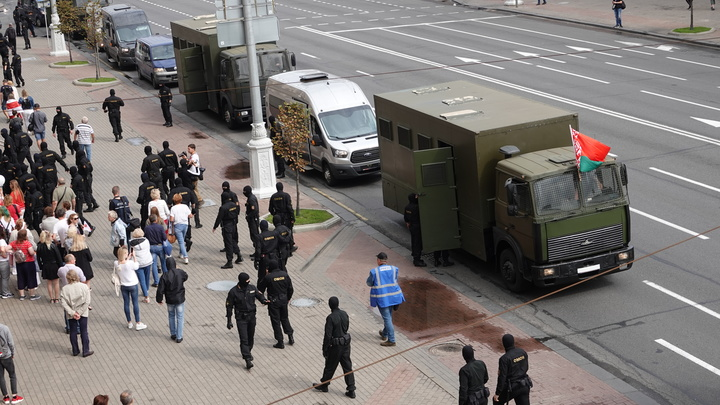 Толпа в Минске набросилась на милицейский автомобиль: видео атаки показало МВД Белоруссии