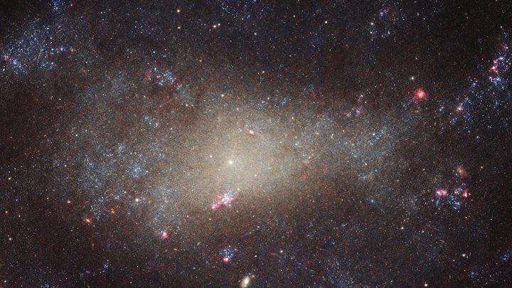Хаббл заснял последствия космического ДТП с однорукой галактикой
