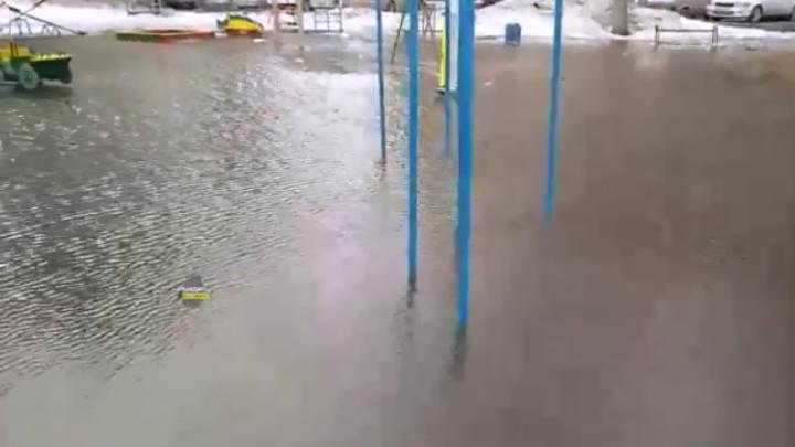 Водопады и озера: Дома и детские площадки топит в Новосибирске талыми водами