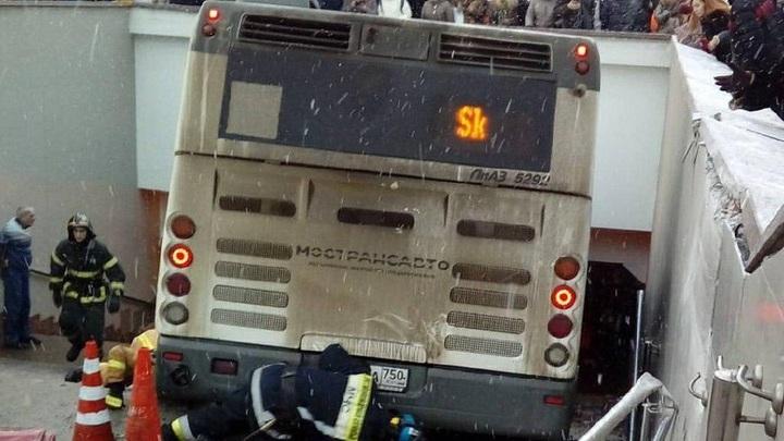 Водитель автобуса на Славянском бульваре не должен был садиться за руль
