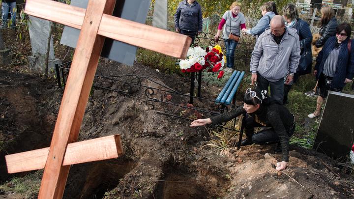 Люди в могилы кидались: Откровения работников кладбищ по коронавирусным похоронам