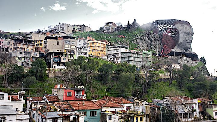 В Стамбуле мужчина с крыши расстреливает людей