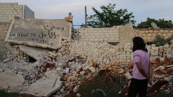 Счастливые сирийские дети забросали камнями американские броневики