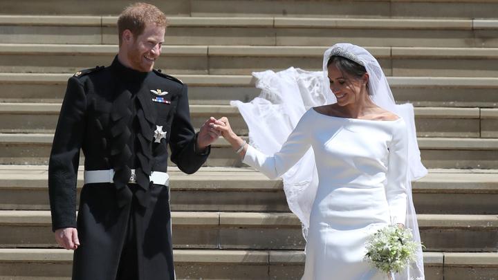 И тут жених тормознул попутку: Принц Гарри и Меган Маркл показали неожиданные фото со своей свадьбы