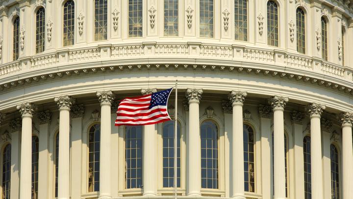 Из-за споров о расизме в Конгресс США призвали экзорциста. Дошло до драки