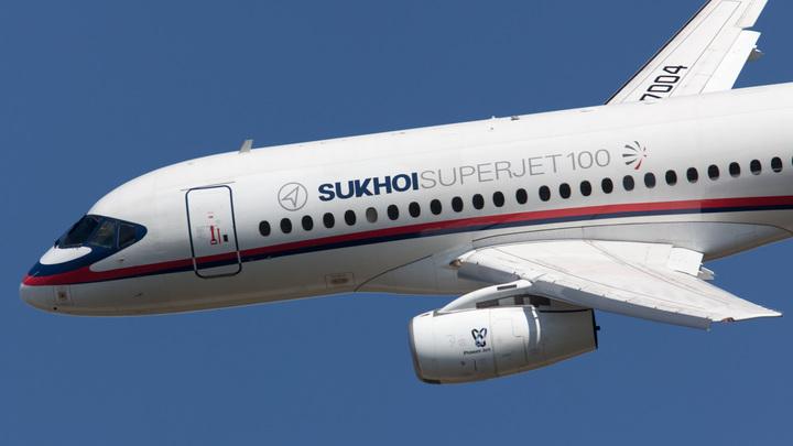 У вылетевшего в Петербург SSJ 100 в небе над Тюменью отказал двигатель - источник