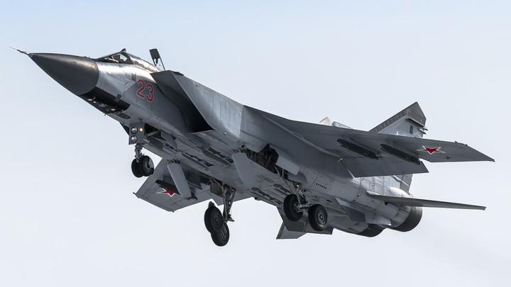 Классно подлетел: Пилот российского МиГ-31 показал пару жестов истребителю НАТО