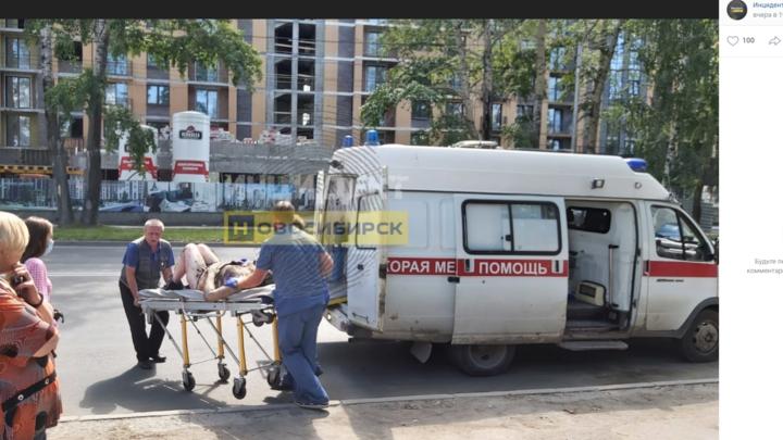 В Новосибирске рядом с остановкой АЗС загорелась женщина