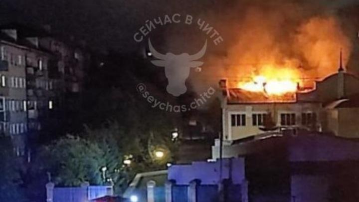 В Чите ночью горела крыша здания Забайкальской железной дороги