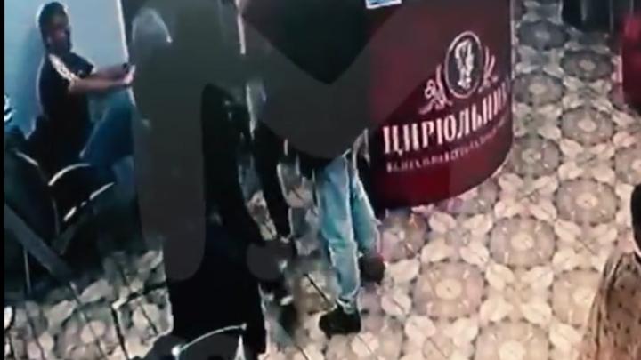 «Цирюльник» под прицелом: в Мурино трое хулиганов открыли стрельбу в салоне красоты